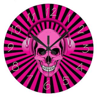 Crâne rose avec l'horloge d'écouteurs grande horloge ronde