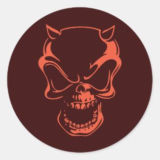 Crâne rouge foncé de démon autocollant rond