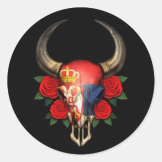 Crâne serbe de Taureau de drapeau avec les roses Adhésifs Ronds