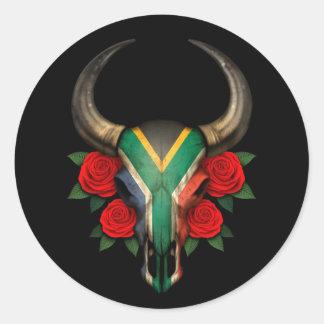 Crâne sud-africain de Taureau de drapeau avec les Sticker Rond