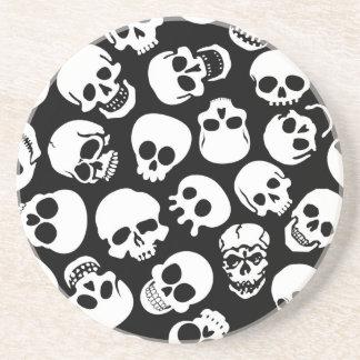 Crânes dans le motif noir d'arrière - plan dessous de verre
