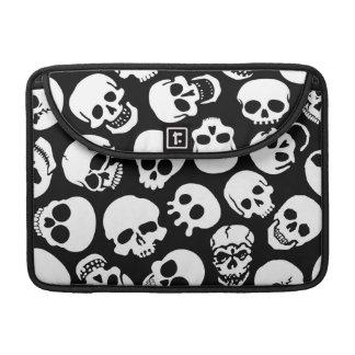 Crânes dans le motif noir d'arrière - plan poche pour macbook pro