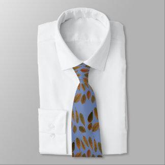 Cravate bleue avec des feuilles sèches d'automne
