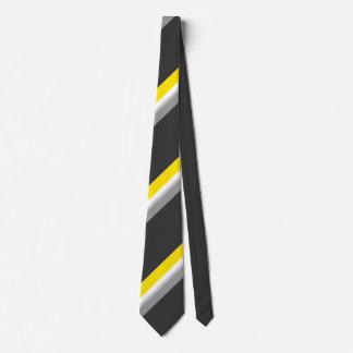 Cravate colorée par jeunes élégants