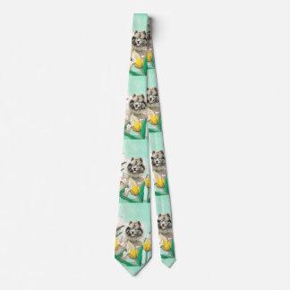 Cravate Keeshond dans les tulipes