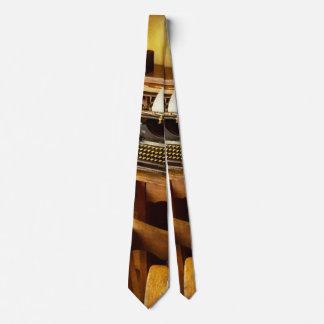 Cravate Le travail - dactylo - une personne avec beaucoup