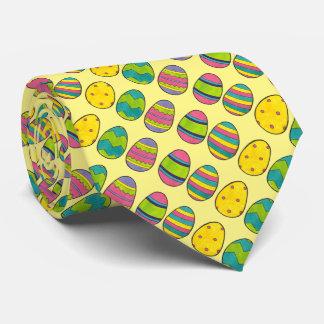 Cravate peinte par chasse jaune d'oeufs d'oeufs de