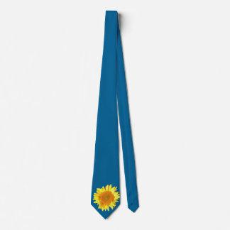 Cravates Tournesol jaune montré sur le bleu de ciel