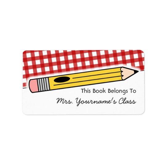 Crayon et étiquette rouge de livre d'école de