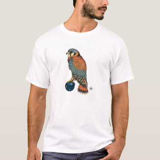 Crécerelle américaine sur une boule en verre bleue t-shirt