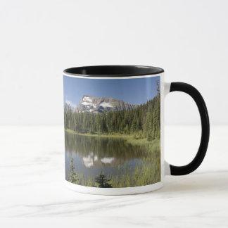 Crête de montagne reflétée dans un lac mug