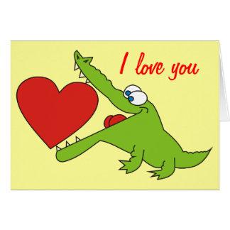 Crocodile doux avec une carte de voeux d'amour de