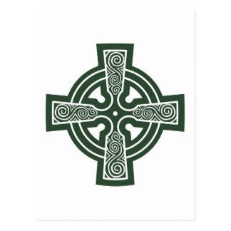Croix celtique verte avec la gravure de Triskele Carte Postale