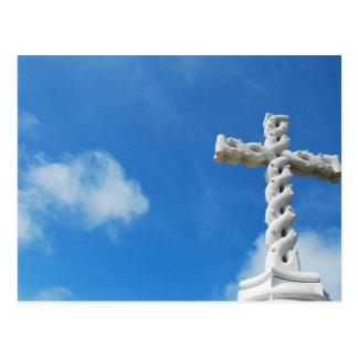Croix en nuages et ciel bleu carte postale