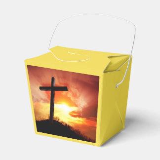 Croix religieuse de Pâques au coucher du soleil Ballotins