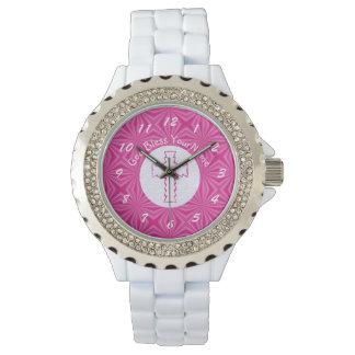 Croix rose de zigzag sur le rose blanc et lumineux montres bracelet