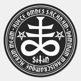 Croix satanique avec le texte et les pentagones sticker rond