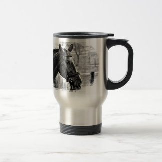Croquis noir de cheval blanc mug de voyage