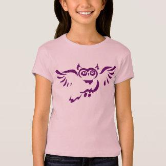 Croquis pourpre de hibou de vol sur le T-shirt de