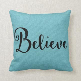 """""""Croyez"""" le texte dans le noir sur le coussin bleu"""