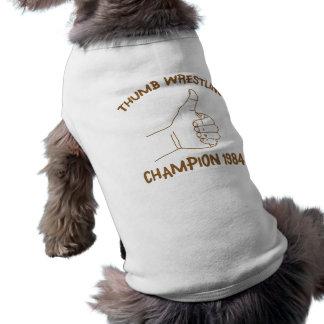 Cru 1984 de lutte de champion de pouce t-shirt pour chien