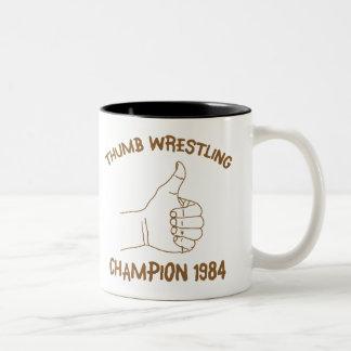 Cru 1984 de lutte de champion de pouce mug bicolore