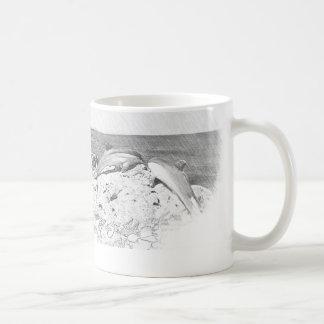 Cru d'océan de mer de dauphins de tasse de café de