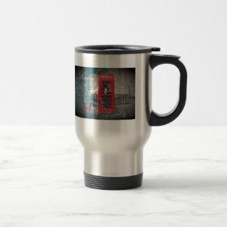 Cru rouge de point de repère de cabine téléphoniqu mugs