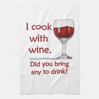 Cuisinier avec la serviette de cuisine drôle de