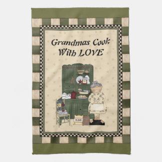 Cuisinière de grand-mamans avec la serviette de ma serviettes éponge