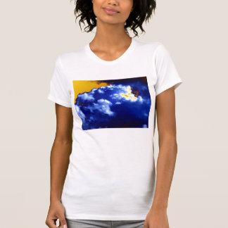 Cumulus chaotique bleu lumineux et ciel jaune par t-shirts