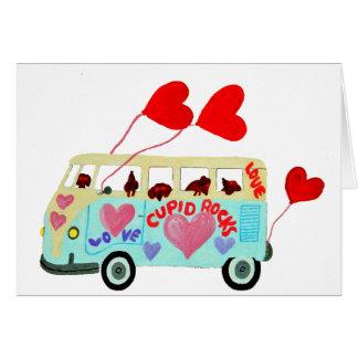 Cupidons de teckel dans leur mobile d'amour de cartes