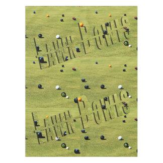 Cuvettes de pelouse sur la nappe de coton de vert