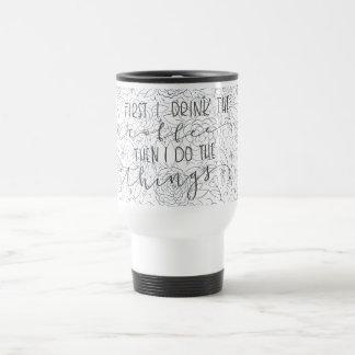 D'abord je bois du café alors que je fais la tasse