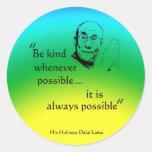 Dalai Lama : Soyez aimable Adhésif Rond