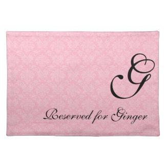 Damassé rose décorée d'un monogramme pour des set de table