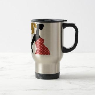 Dame enceinte en rouge avec les points mug de voyage