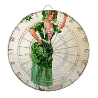 Dame originale du jour de patrick de saint en vert jeu de fléchettes