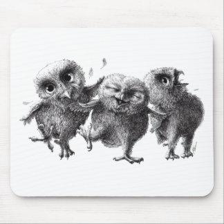 Dancing and singing Owls Tapis De Souris