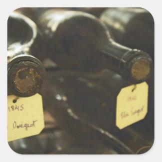 Dans la cave souterraine : bouteilles menteuses sticker carré