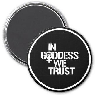 Dans la déesse nous faisons confiance --  blanc - magnet rond 7,50 cm