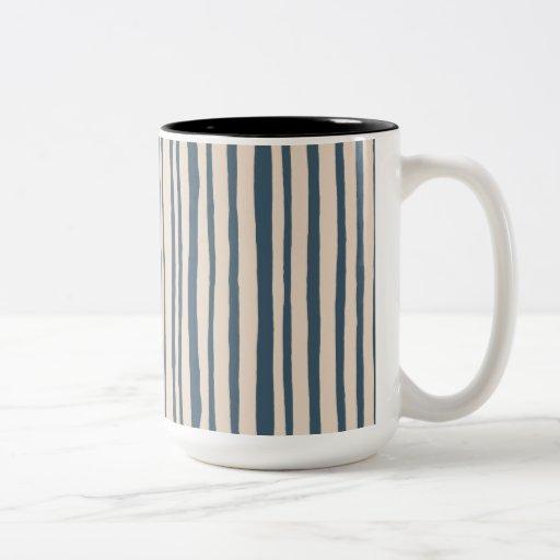 Dans la tasse bleue de sonnerie de rayures en bois