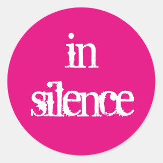 Dans l'autocollant de silence sticker rond
