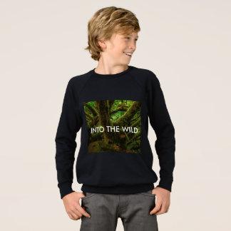Dans le sweatshirt magique de forêt de garçons