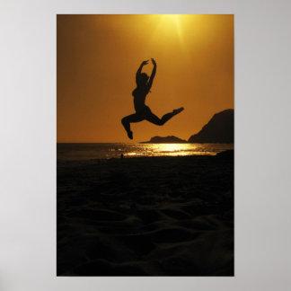 Danse de coucher du soleil posters
