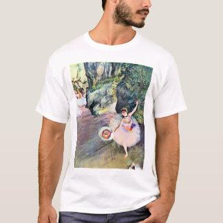 Danseur avec un bouquet des fleurs par Edgar Degas T-shirt