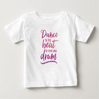 Dansez au battement de votre propre T-shirt