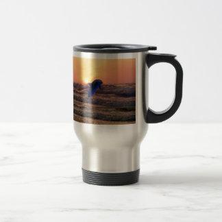 Dauphin au coucher du soleil mug de voyage