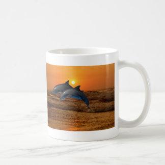 Dauphins au coucher du soleil mug