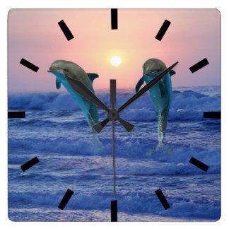 Dauphins au lever de soleil horloge carrée